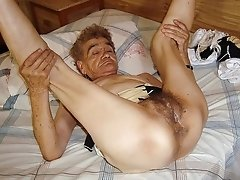 Hot mature woman shows her pussy before camera